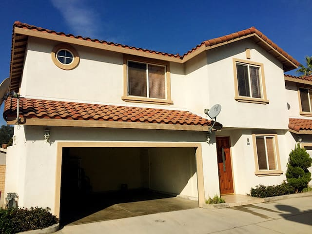 One bedroom w/ Qsize bed, priv bath - Covina - Huis