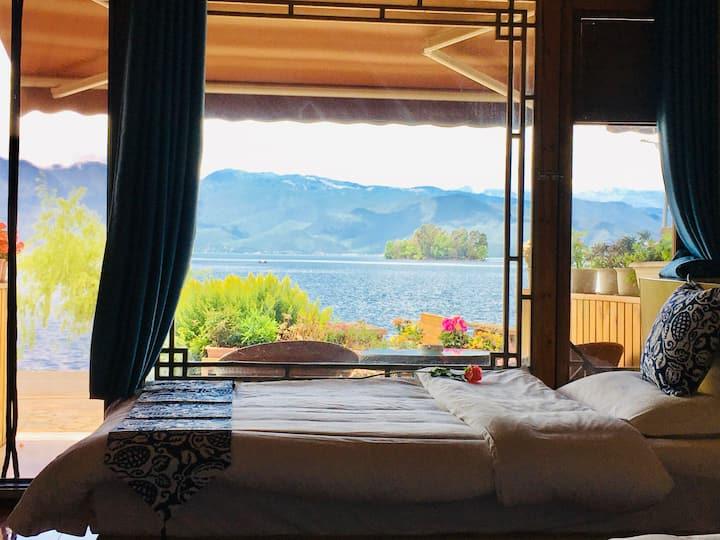 泸沽湖一线湖景湖畔居精品家庭房(一楼极佳观湖视野,躺在床上就能看湖,左边看日出,正面观岛看日落晚霞)