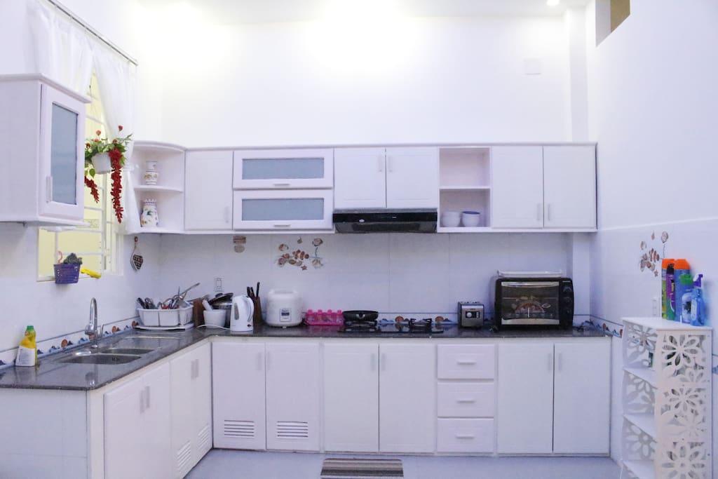 Thiết bị đầy đủ trong nhà bếp mở như bếp, ga, lò nướng ....