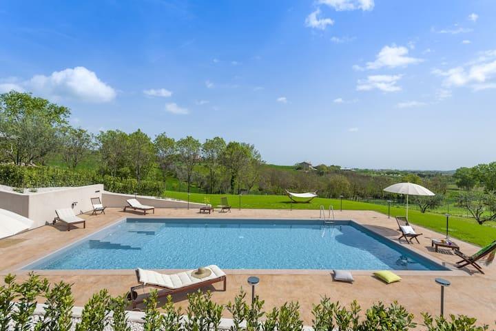 Schönes Ferienhaus in San Costanzo mit Swimmingpool