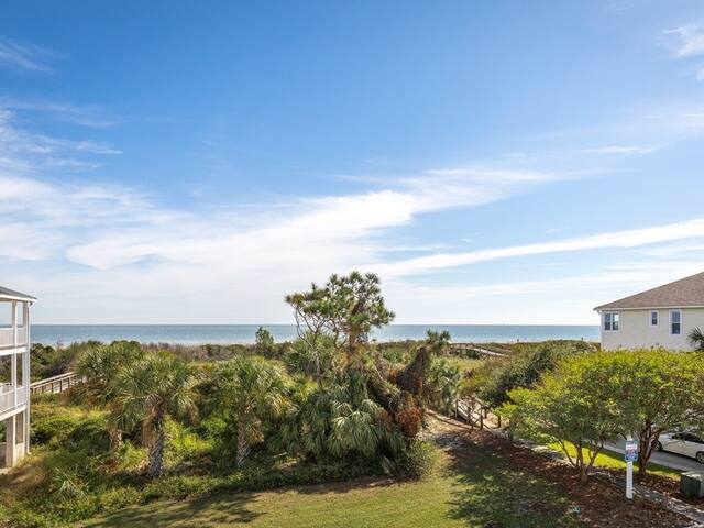 Premiere Neighborhood on North Tybee with Ocean Views from 2 Porches, Pet friendly - Seconds To The Sea