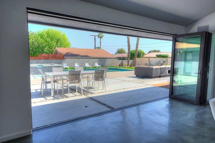 Desert Oasis: 7bd/5ba Private LUXURY Pool+Spa Home