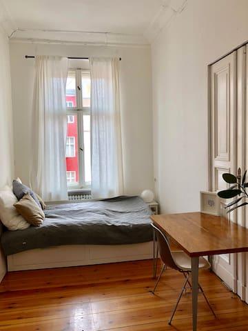 minimalistisches Zimmer mit großem Bett
