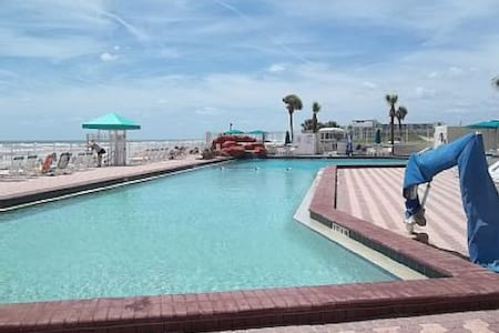 Daytona Beach Getaway, That Won't Break The Bank. - Condominium