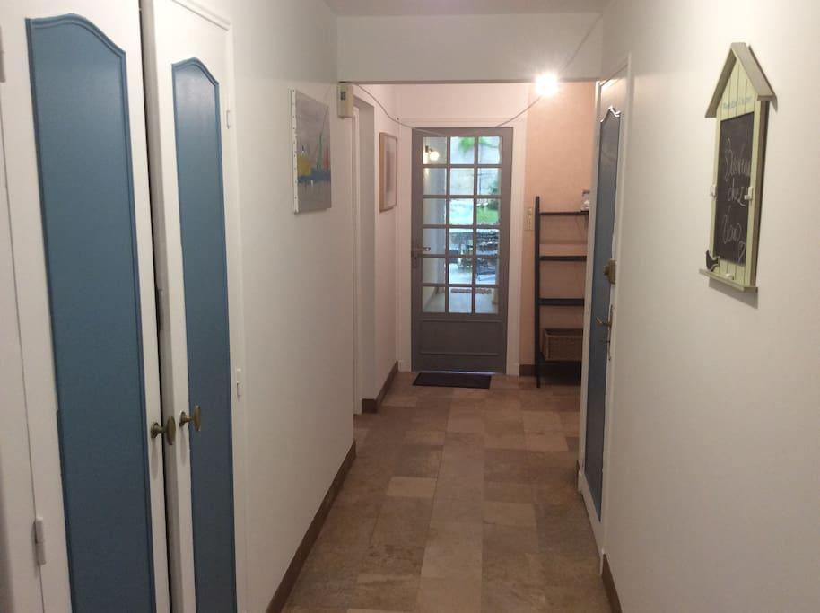 Le couloir de l entrée du Rez de chaussé qui dessert au fond votre appartement