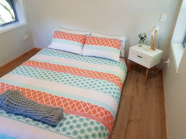 Loft queen bed with quality linens (cozy duvet in winter, blankets and quilt in summer).