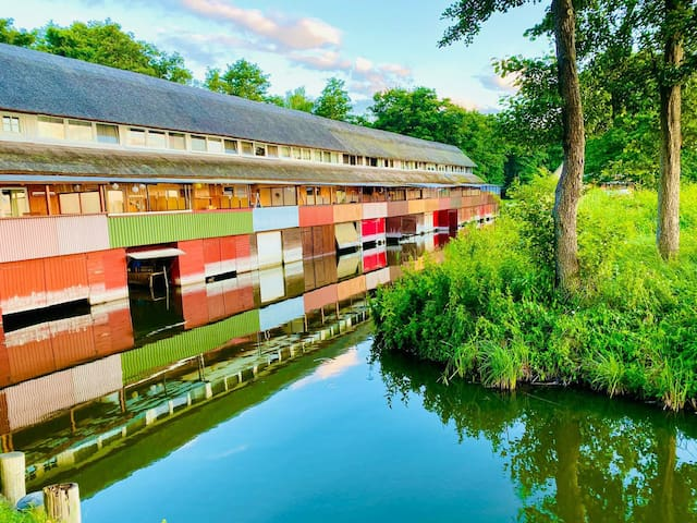 Romantic&cosy Bungalow on the lake with art studio
