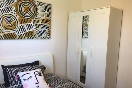 Double-bed room close to Parramatta - Merrylands - Townhouse