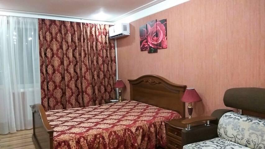 Уютная, меблированная квартира в самом центре.