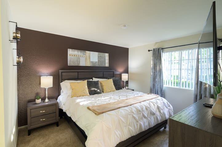 ★Business Trip ❁King Bed ✓Fast WiFi+4K TV❁Pool/Gym