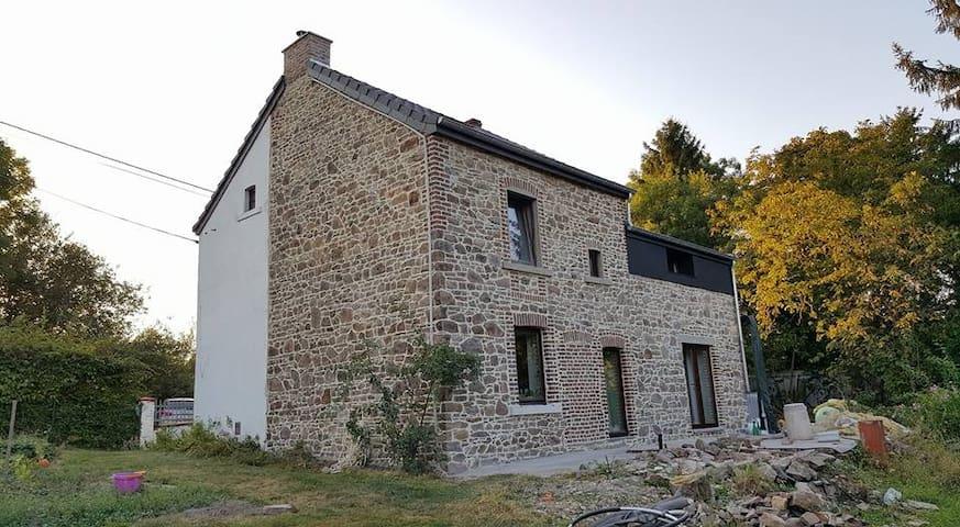Chambre et sdb rénovées - Marchin - House