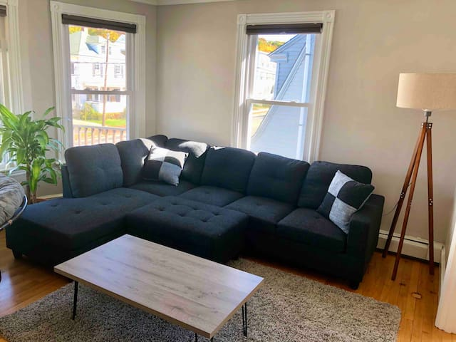 Charming Sunny Apartment 10 minutes to Downtown!