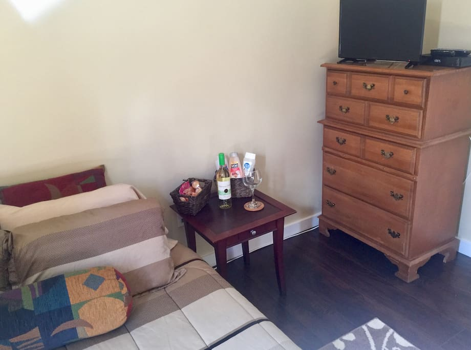 Brightly lit room off the kitchen. Comfy full size bed. 24 inch flat screen tv. Air conditioner in the room to cool it. Also a ceiling fan for a natural breeze.