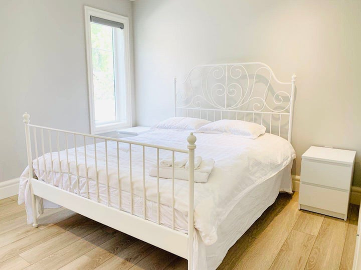Prime location quiet neighbourhood Queen Bedroom