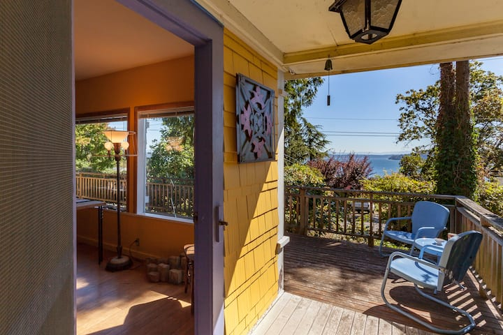 Artist's cottage in historic Chautauqua near beach