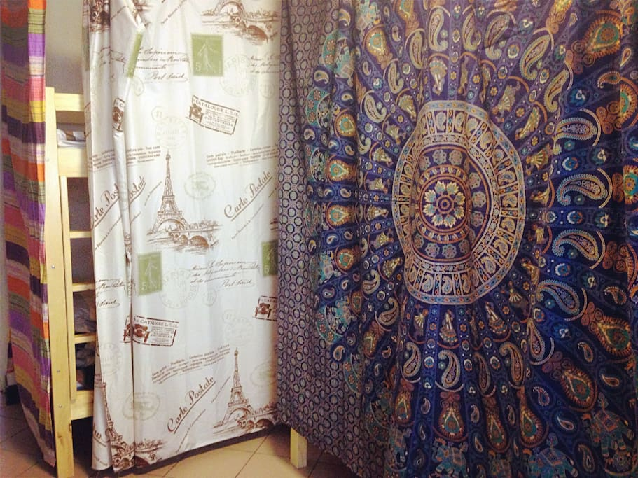 床位之间有帘子,保护隐私