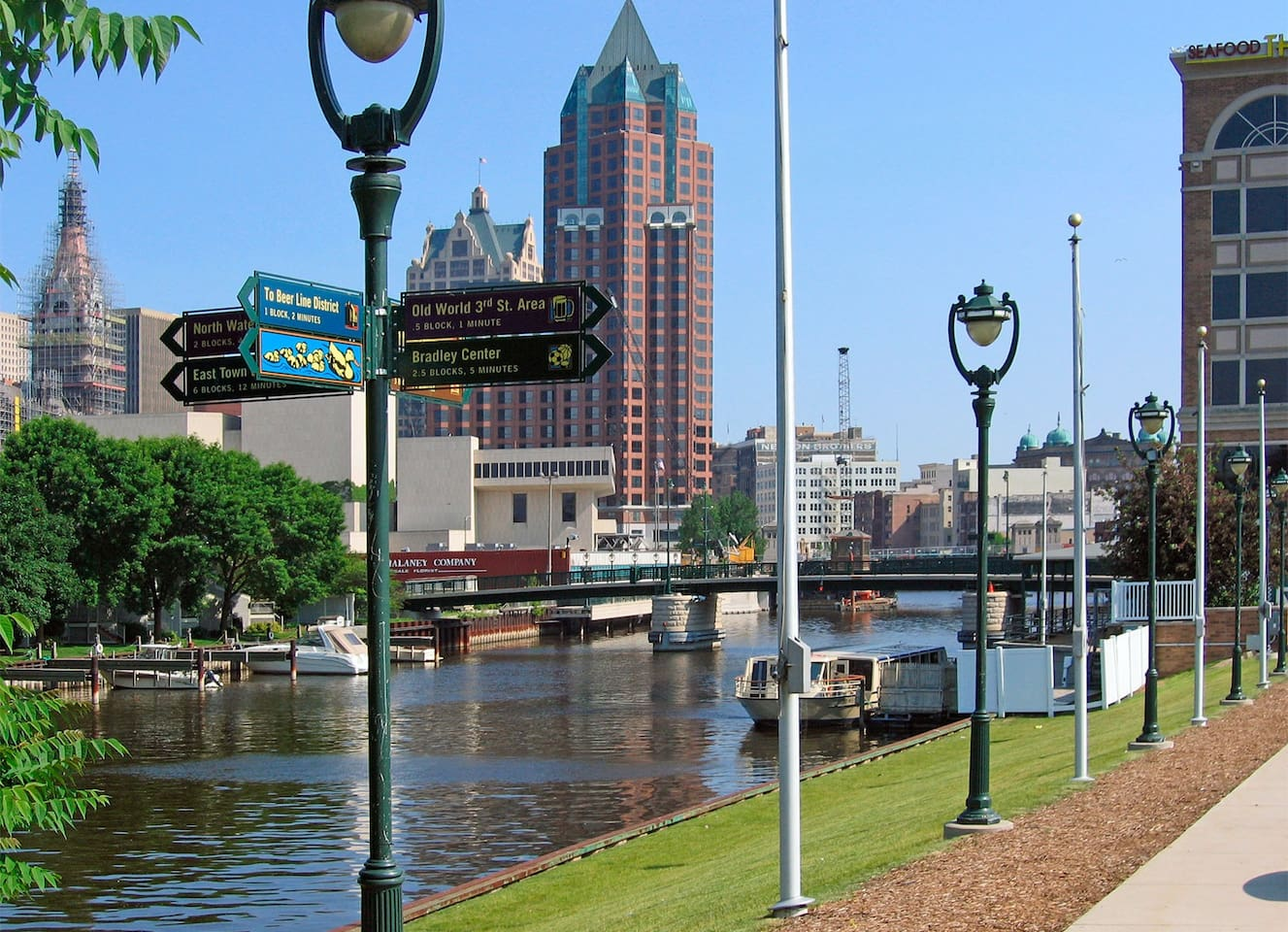 Stay In the heart of the city - walk to conventions, concerts, restaurants, festivals via the 3 mile Riverwalk - steps outside your door!