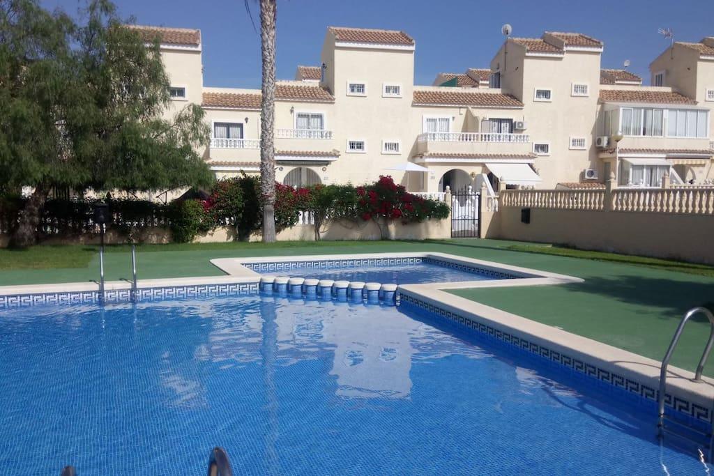 Una de las piscinas del complejo ideal para adultos y niños muy grande
