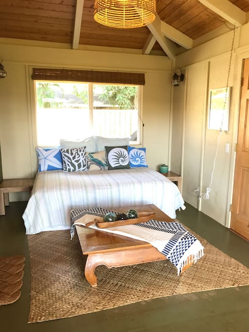 Entry room with full size pune (Hawaiian daybed)