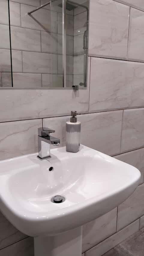 Brand new en-suite room, close to airport & links