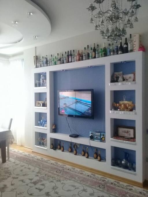 텔레비전 위쪽에 있는 미니바에서 보신 보드카, 와인, 소주 등을 5$에서 - 30$까지(대한민국 환율로 대략 5.000원 -30.000원 사이) 저렴한 가격으로 드실 수 있다. 텔레비전을 통해서 100개 이상 아제르바이잔, 터키, 러시아 채널들을 보실 수 있다.
