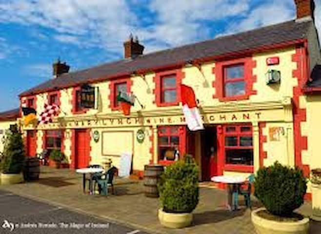 Mary Lynchs Pub & B&B