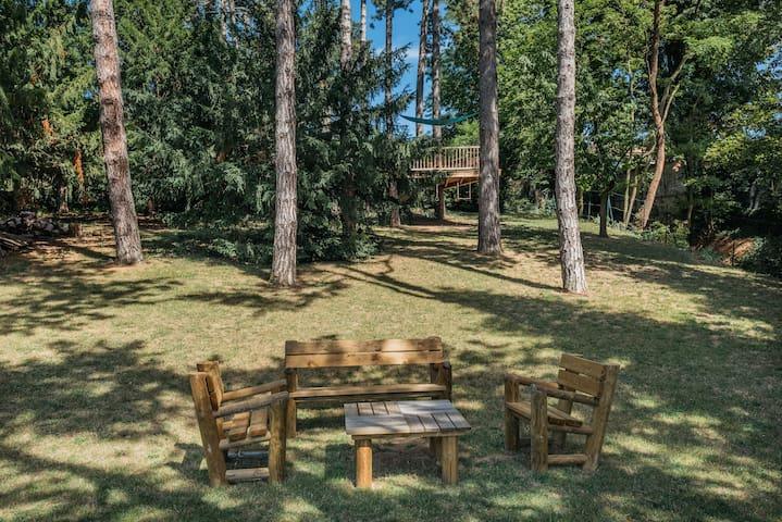 Salon de jardin et cabane dans les arbres sous les pins centenaires - La maison de Karen chocolat , à Limonest dans le Rhône