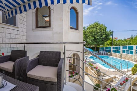 Modern two bedrooms apartment with swimming pool - Žrnovnica