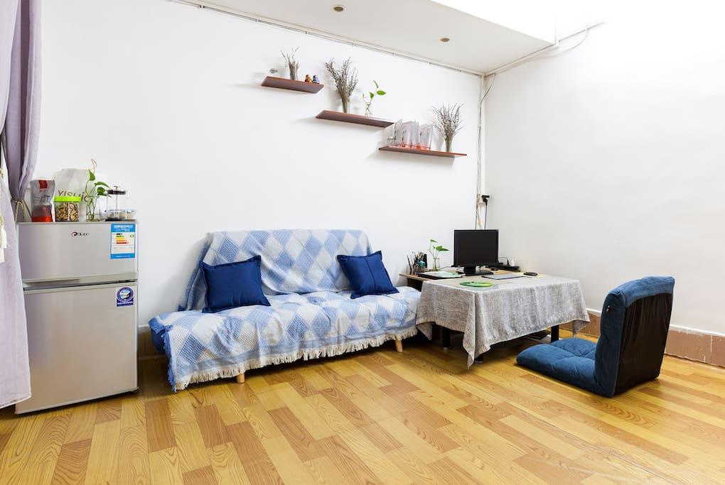 客厅的沙发可以作为沙发床,地板是铺了地胶的,也可直接地板地铺,有电脑可用,WiFi