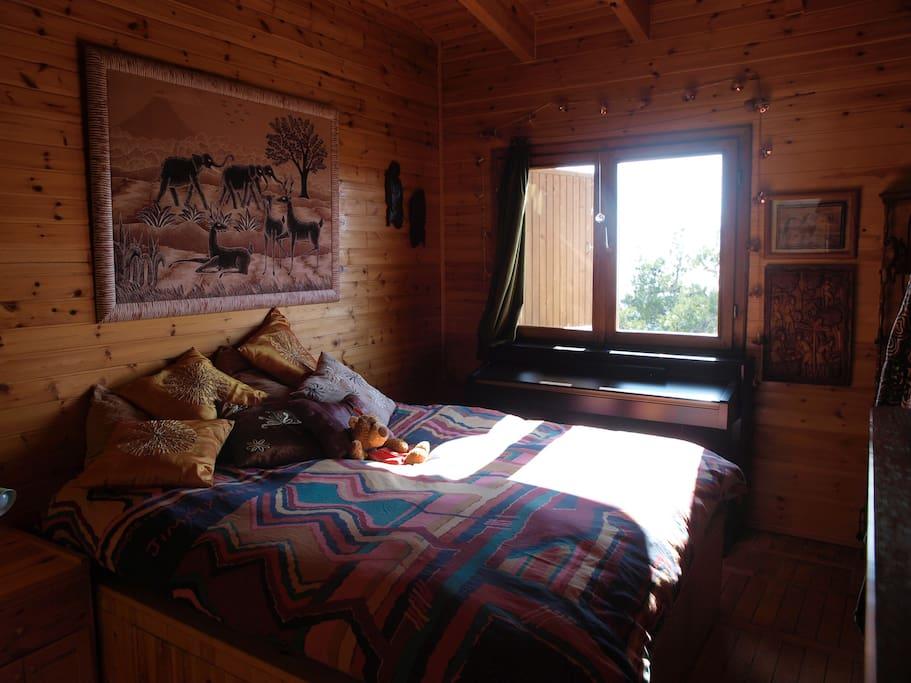 Dormitorio principal y ventana con vistas al mar