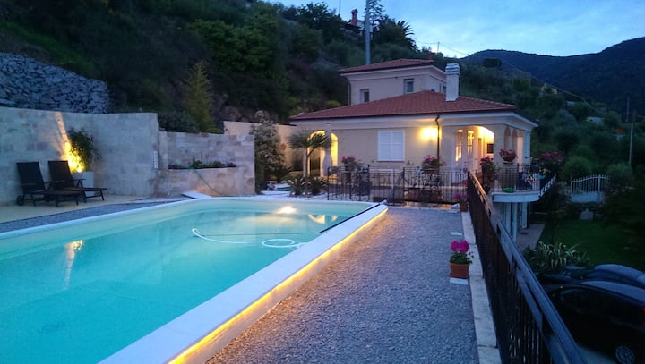 Villa mit Pool und Meeresblick