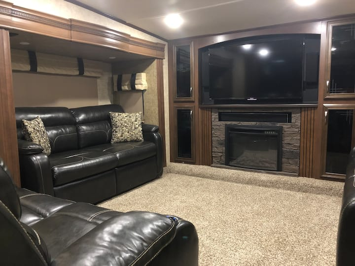 Luxury RV/Camper Sleeps 6! 10 Min to Fayetteville!