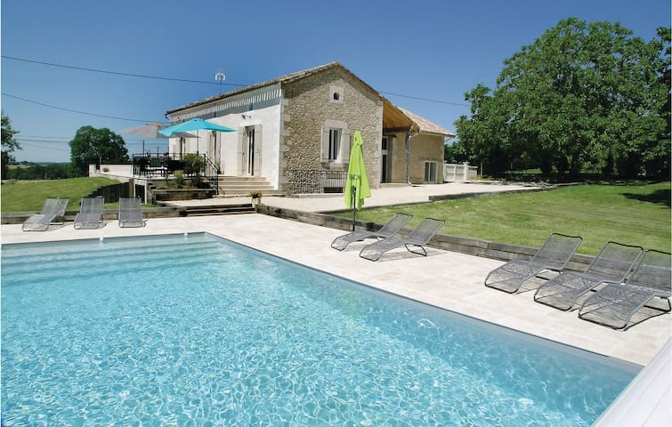 Holiday cottage with 4 bedrooms on 182m² in Saint-Aubin de Cadelec