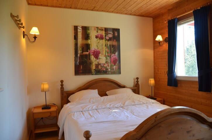 Bedroom 2: double bed, wardrobe, sink and shower. / Chambre 2: lit double, armoire, lavabo et douche. / 2: dubbel bed, kleerkast, wastafel en douche.