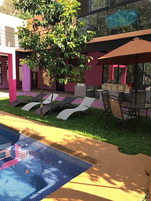 Para tu comodidad hay camastros para asolearte, así como mesas y sillas de jardín para que la estancia con amigos y familiares al aire libre sea divertida y placentera.