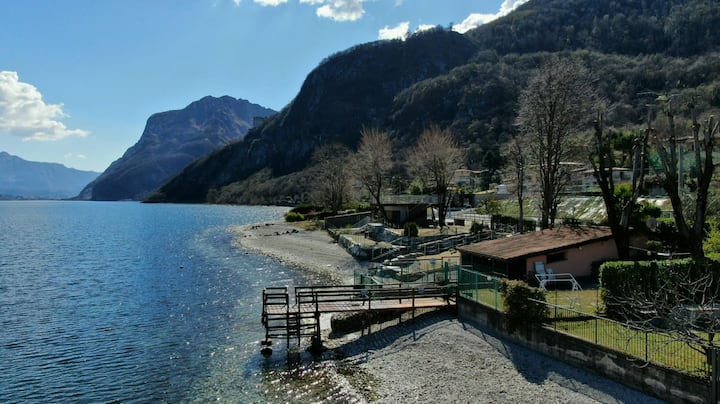 Como Lakeside Cottage with garden and lake access.