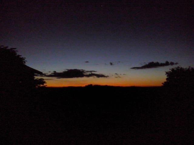 Pôr do sol visto da varanda da casa