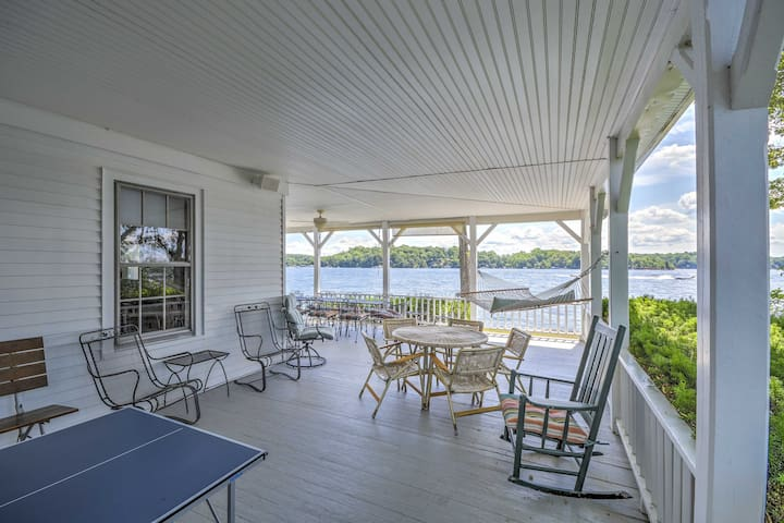 This home in Hopatcong, New Jersey sleeps 10.