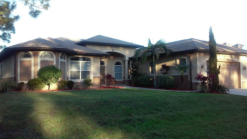 Beautiful Home on  golf course - Lehigh Acres - Casa