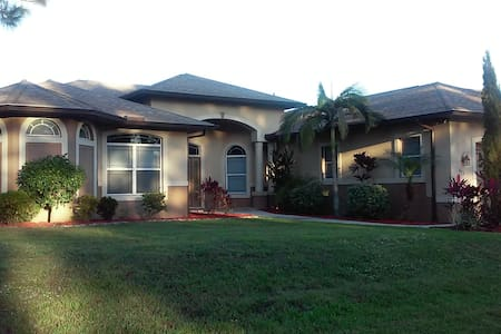Beautiful Home on  golf course - Lehigh Acres - Maison