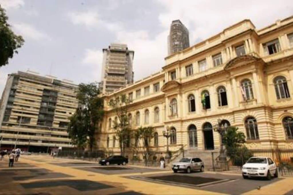 Praça da República a duas quadras. 500 metros