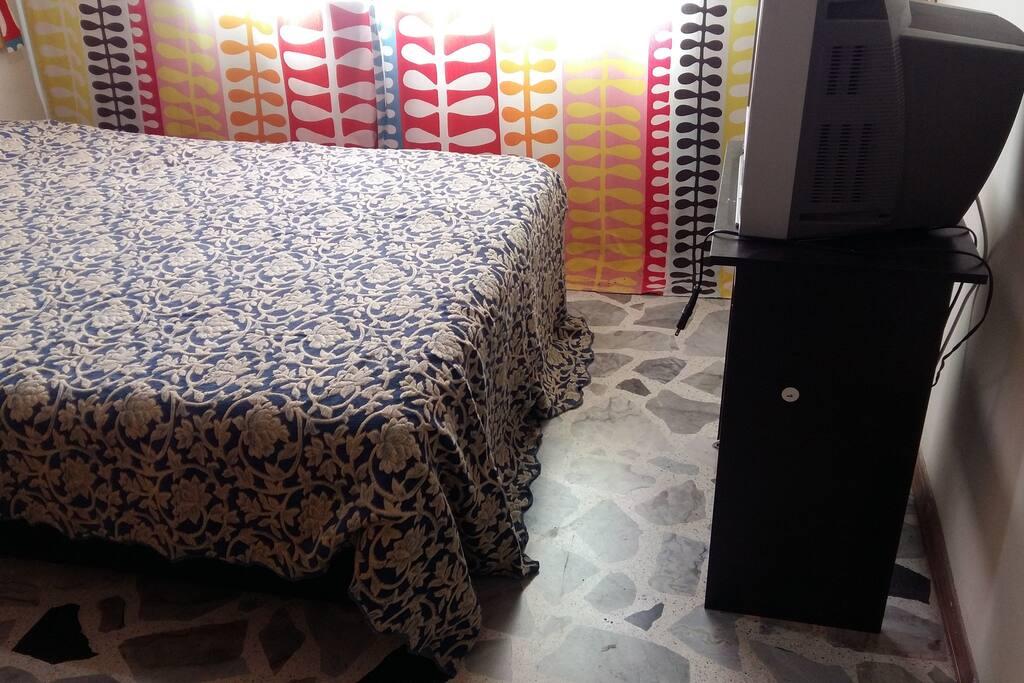 Habitación, con cama doble, tv y Closet (el Closet es grande)/ Room with double bed, TV, and wardrobe.