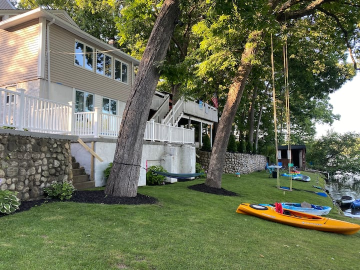 """Gorgeous """"LAKE FRONT  """"Home with 2 kayaks"""