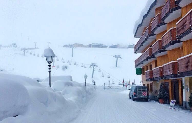 La foto è stata scattata praticamente da davanti casa.......così capite quanto sono vicini gli impianti da sci.                                                                                                         The photo was taken from almost in front of the house ....... so you understand how close the ski lifts