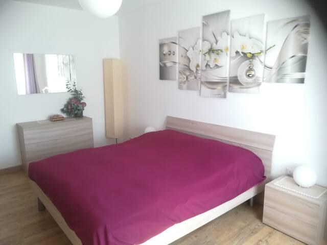 Camera da letto principale con letto matrimoniale,  grande armadio, cassettiera e letto singolo estraibile.