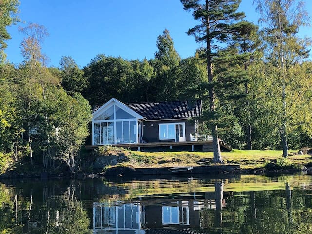 Peaceful lake house with private Beach in Dalsland