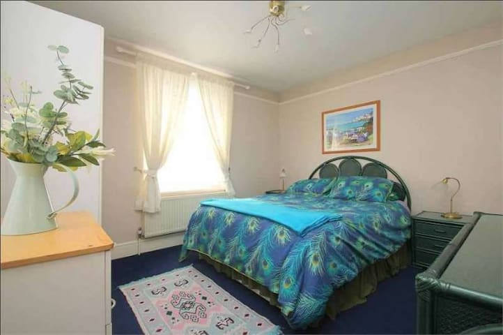 Spacious Room2 | Near Heathrow | Fast Train London