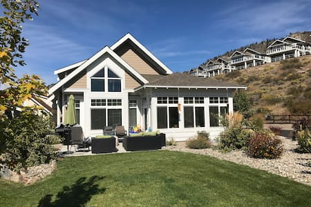 Beautiful Cottage steps away from Osoyoos Lake