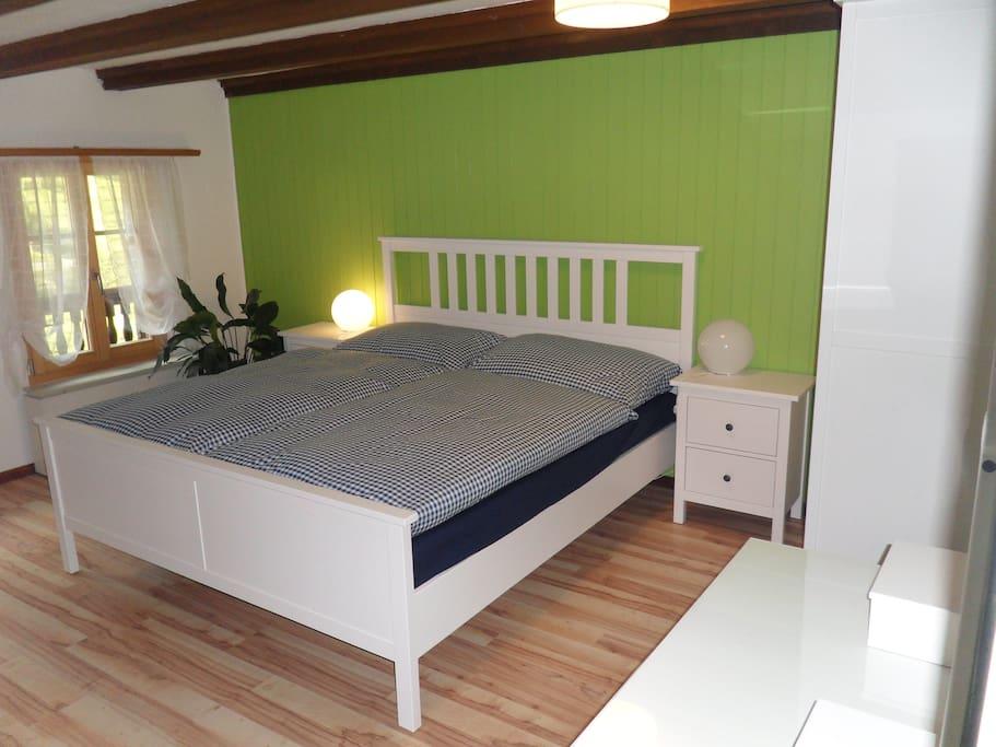 Schlafzimmer mit Bett 1.80*2.00