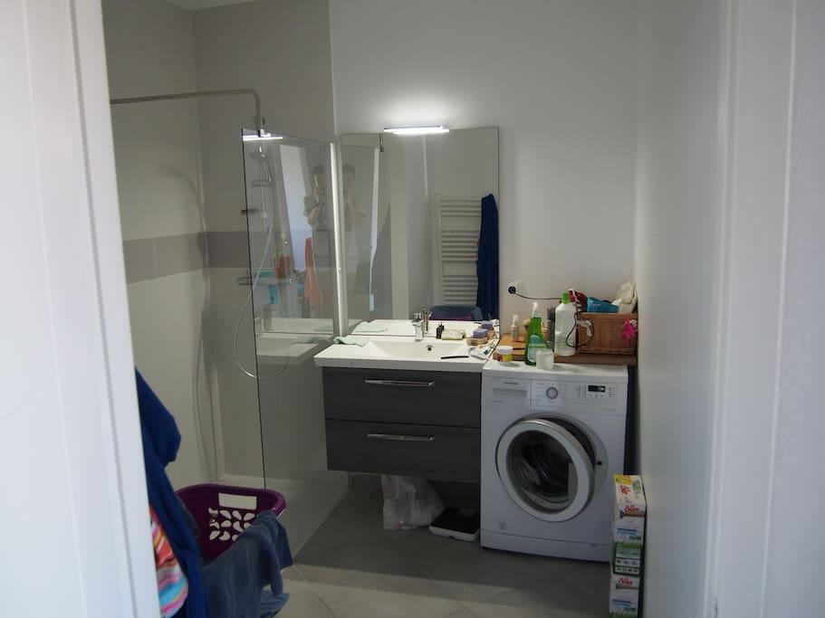 Spacieuse douche à l'italienne, lave-linge